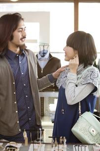 ショッピングをするカップルの写真素材 [FYI01322887]