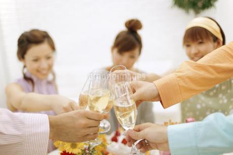 乾杯をする男女の手元の写真素材 [FYI01322897]
