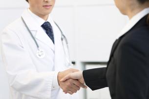 握手をする医者とビジネスウーマンの写真素材 [FYI01322939]