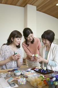ハンドメイドアクセサリーを作る中高年女性3人の写真素材 [FYI01322999]
