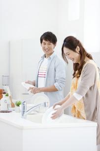 洗い物をするカップルの写真素材 [FYI01323005]
