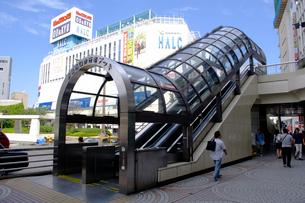 エスカレーター 新宿駅西口の写真素材 [FYI01323095]