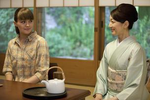 ほほえむ日本人女性と外国人女性の写真素材 [FYI01323146]