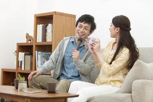 カラオケを歌うカップルの写真素材 [FYI01323150]