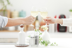 乾杯をしているカップルの写真素材 [FYI01323157]