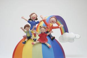 虹の滑り台と家族のクラフトの写真素材 [FYI01323248]