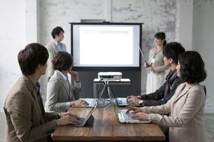 ミーティングをするビジネス男女6人の写真素材 [FYI01323272]