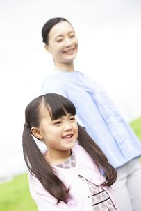 笑顔の母娘の写真素材 [FYI01323310]