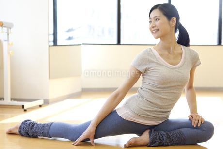ヨガをする中高年女性の写真素材 [FYI01323626]