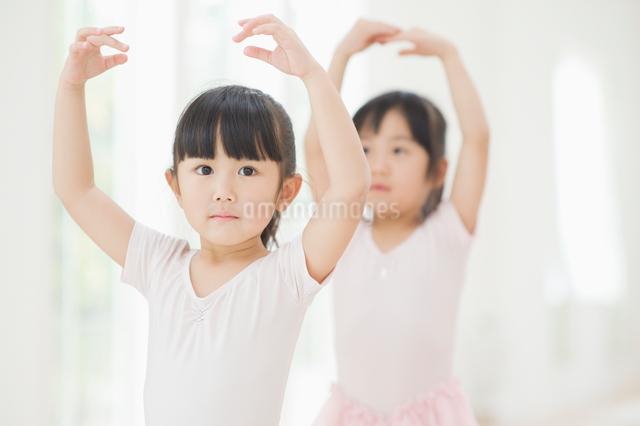 バレエの練習をする二人の女の子の写真素材 [FYI01323686]