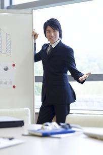 プレゼンするビジネスマンの写真素材 [FYI01323706]