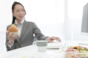 昼食を食べるビジネスウーマンの写真素材 [FYI01323850]