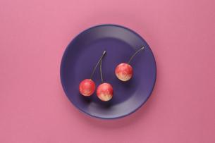 皿とさくらんぼの写真素材 [FYI01323862]