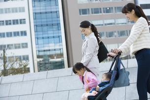 子連れで通勤する女性の写真素材 [FYI01323916]