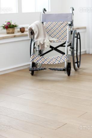 窓辺の車椅子の写真素材 [FYI01323929]