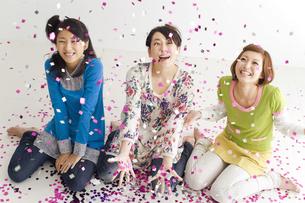 紙吹雪をあびて楽しそうな女性3人の写真素材 [FYI01323975]