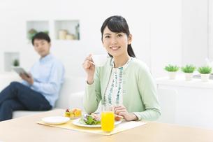 朝食を食べる女性の写真素材 [FYI01324040]