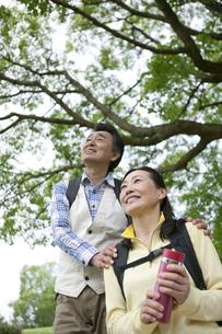 ハイキングをする中高年夫婦の写真素材 [FYI01324047]