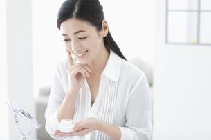 美容クリームを持つ女性の写真素材 [FYI01324101]