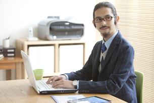 ノートパソコンを操作するビジネスマンの写真素材 [FYI01324196]