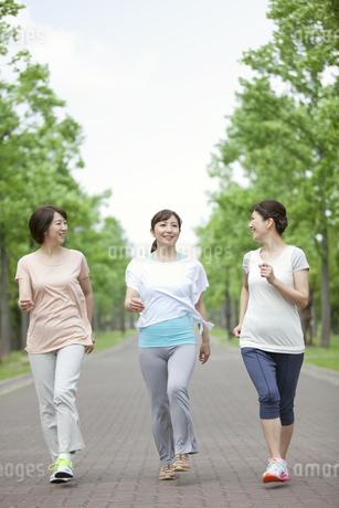 ジョギングをする中高年女性3人の写真素材 [FYI01324222]
