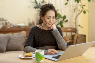 ノートパソコンを操作している女性の写真素材 [FYI01324284]