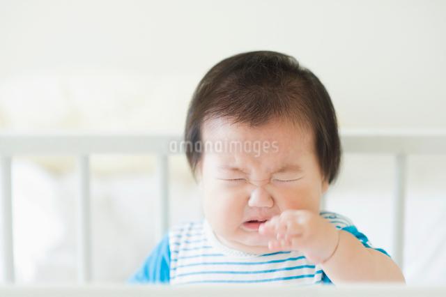 ベビーベッドで泣く赤ちゃんの写真素材 [FYI01324346]