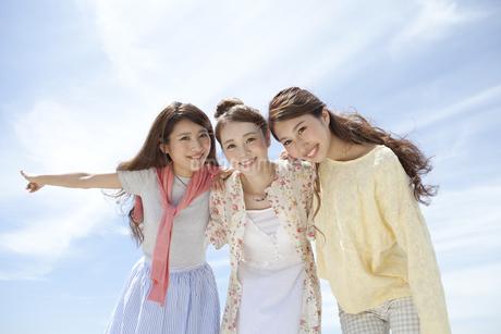 笑顔の女性3人の写真素材 [FYI01324351]