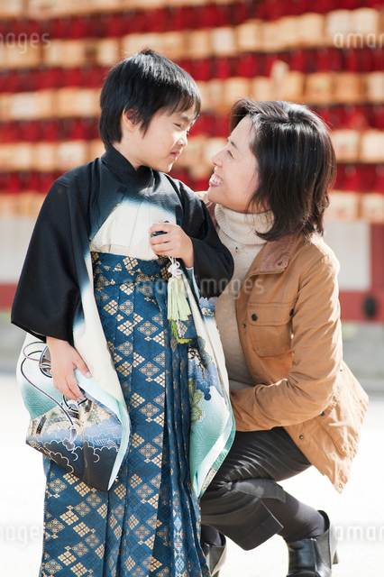 七五三の男の子と母の写真素材 [FYI01324387]
