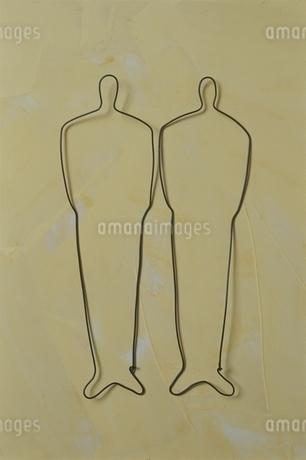 ワイヤーで作った2人の人物の写真素材 [FYI01324733]