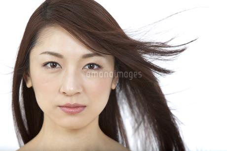 髪をなびかせる女性の写真素材 [FYI01324841]