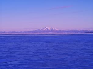 斜里岳の夕景とオホーツクの流氷の写真素材 [FYI01324856]