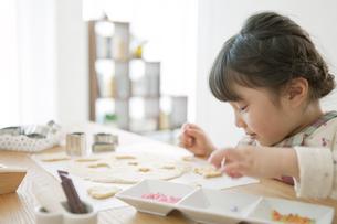 クッキーを作る女の子の写真素材 [FYI01324873]