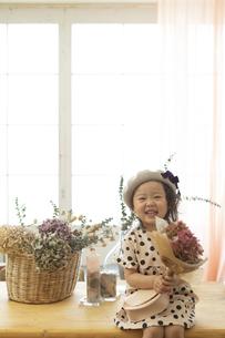 テーブルに座る女の子の写真素材 [FYI01324924]