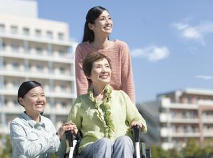 車いすに乗る老人と家族の写真素材 [FYI01324927]