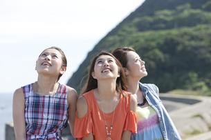 空を見上げる女性3人の写真素材 [FYI01324947]