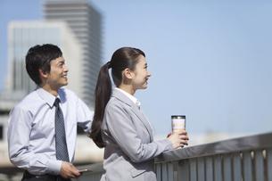 遠くを眺めるビジネスマンとビジネスウーマンの横顔の写真素材 [FYI01324975]
