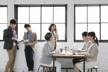 打合せをするビジネス男女6人の写真素材 [FYI01324990]