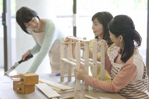 DIYをする中高年女性3人の写真素材 [FYI01324995]
