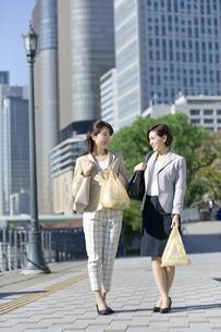 コンビニ袋を持つビジネスウーマン2人の写真素材 [FYI01325038]