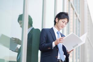ファイルを読むビジネスマンの写真素材 [FYI01325067]