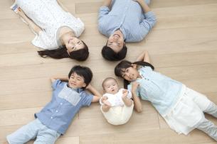 床に寝そべる5人家族の写真素材 [FYI01325073]