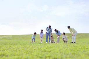 犬と3世代家族の写真素材 [FYI01325117]