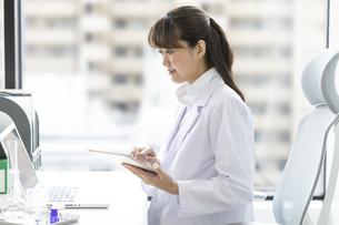 タブレットPCを持つ女性研究員の写真素材 [FYI01325119]