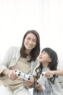 ゲームをする女の子と祖母の写真素材 [FYI01325198]