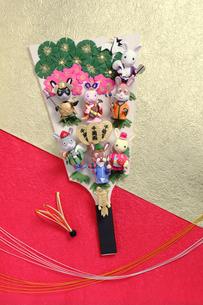 兔の七福神の羽子板と水引の羽の写真素材 [FYI01325256]