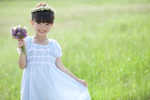 花束を持つ女の子の写真素材 [FYI01325307]
