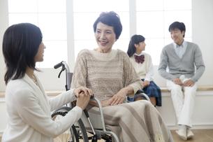 車椅子の祖母と家族の写真素材 [FYI01325342]