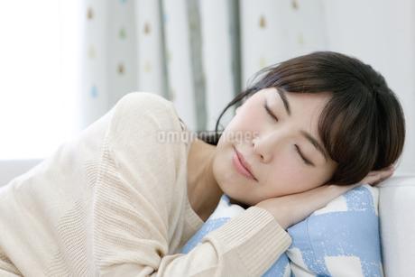 ソファーで寝る女性の写真素材 [FYI01325360]