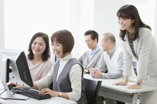 パソコン教室を受講する中高年グループの写真素材 [FYI01325414]